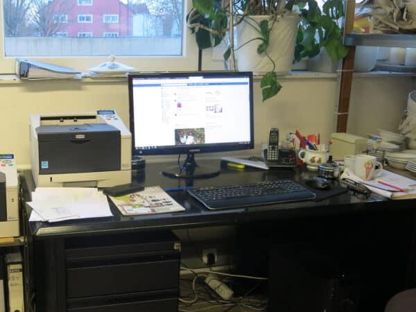 Porzellan im Hinterhof Werkstatt Schreibtisch und Telefon