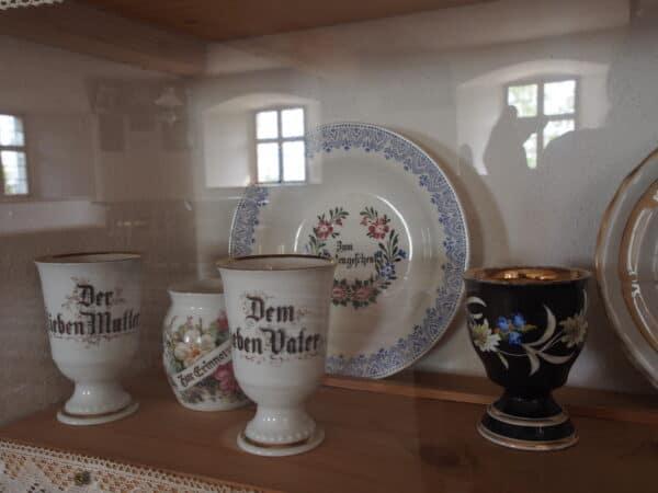 Historische Porzellanpokale mit Widmungen im Freilandmuseum Oberpfalz bei Nabburg