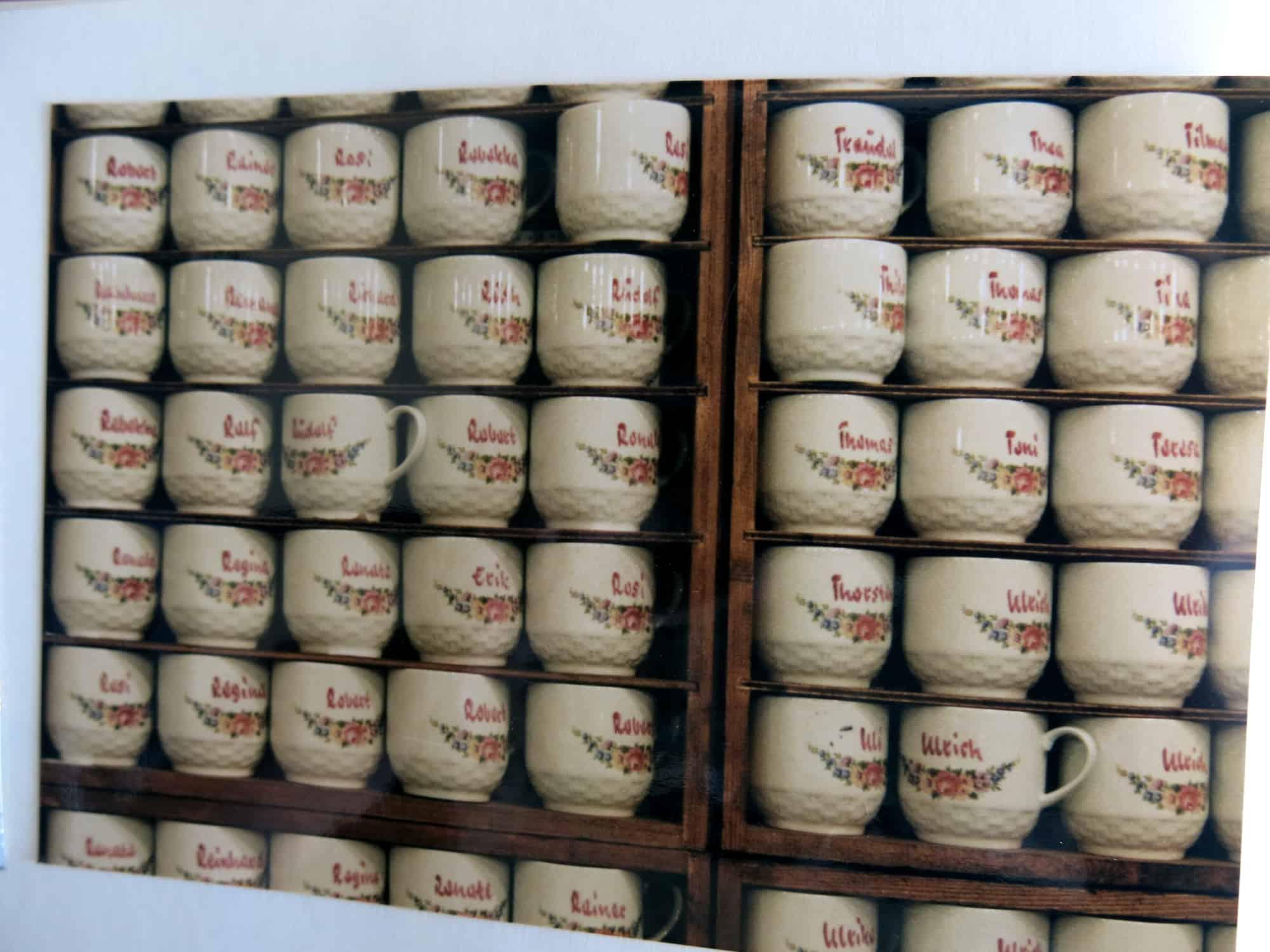 Porzellanstand Stuttgarter Weihnachtsmarkt Namenstasse mit roter Schrift und Körbchen