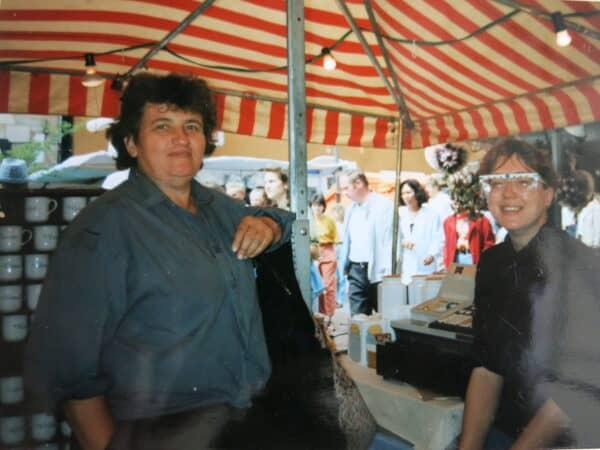 Porzellanstand in Nürnberg Hauptmarkt Ingrid und Andrea Ackermann 90iger Jahre