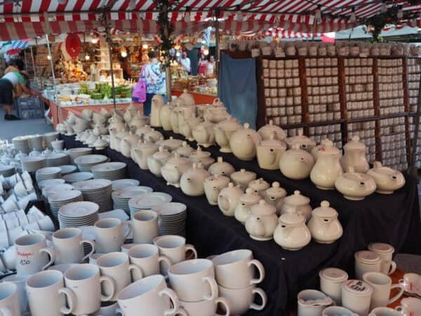 Weißes Porzellan am Stand in München auf der Auer Dult