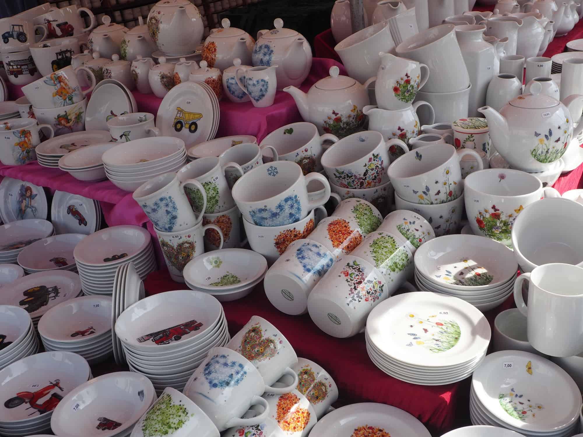 Ausschnitt Porzellanstand Ackermann- Porzellan im Hinterhof Markt Erlangen