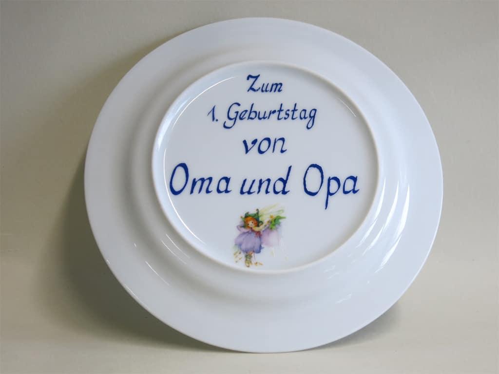Widmung auf Kindergeschirr  mit Elfe Azura Glöckchenzum 1. Geburtstag von Oma und Opa