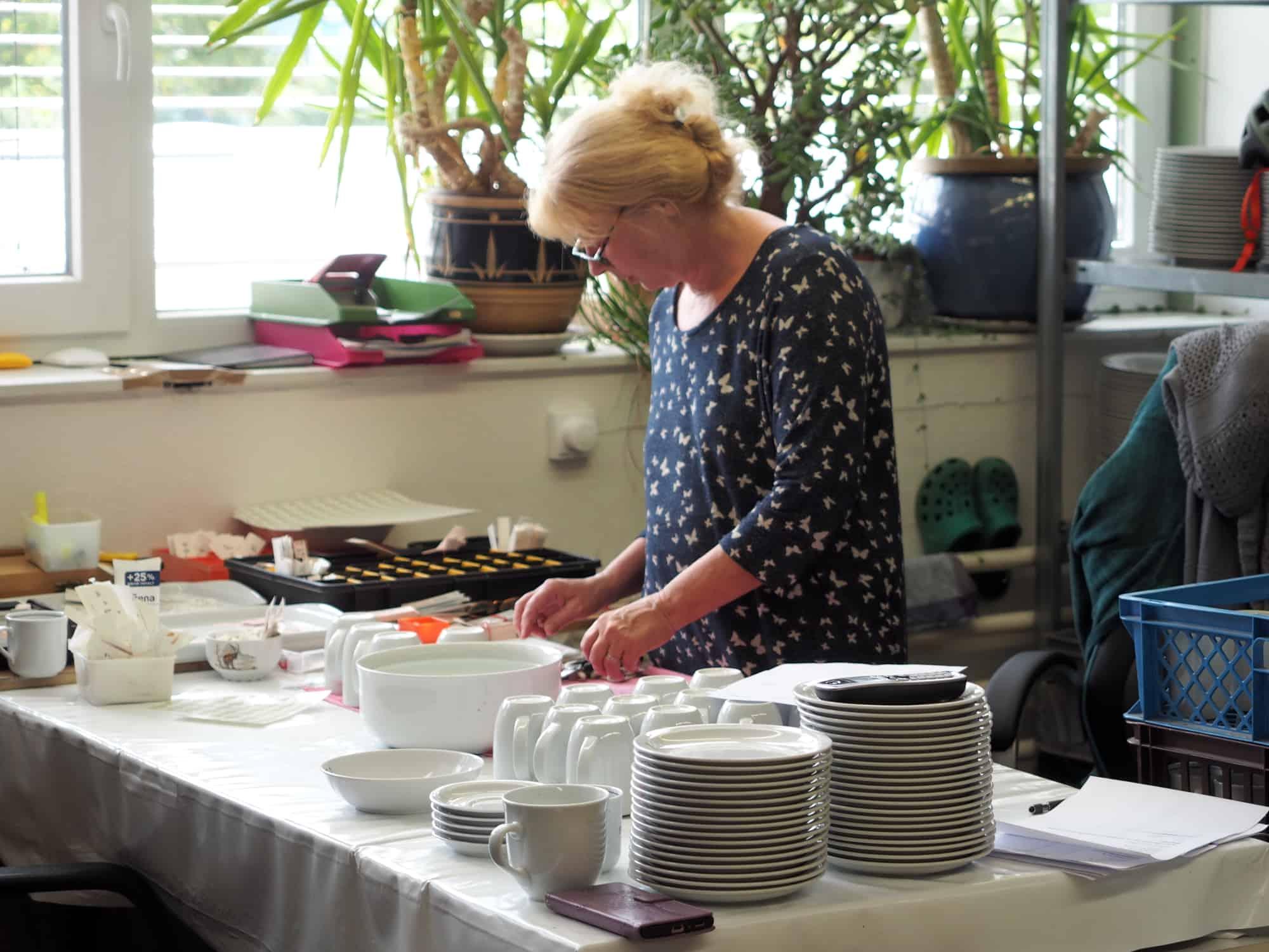 Werkstatt Porzellan im Hinterhof Heike bearbeitet Bestellungen