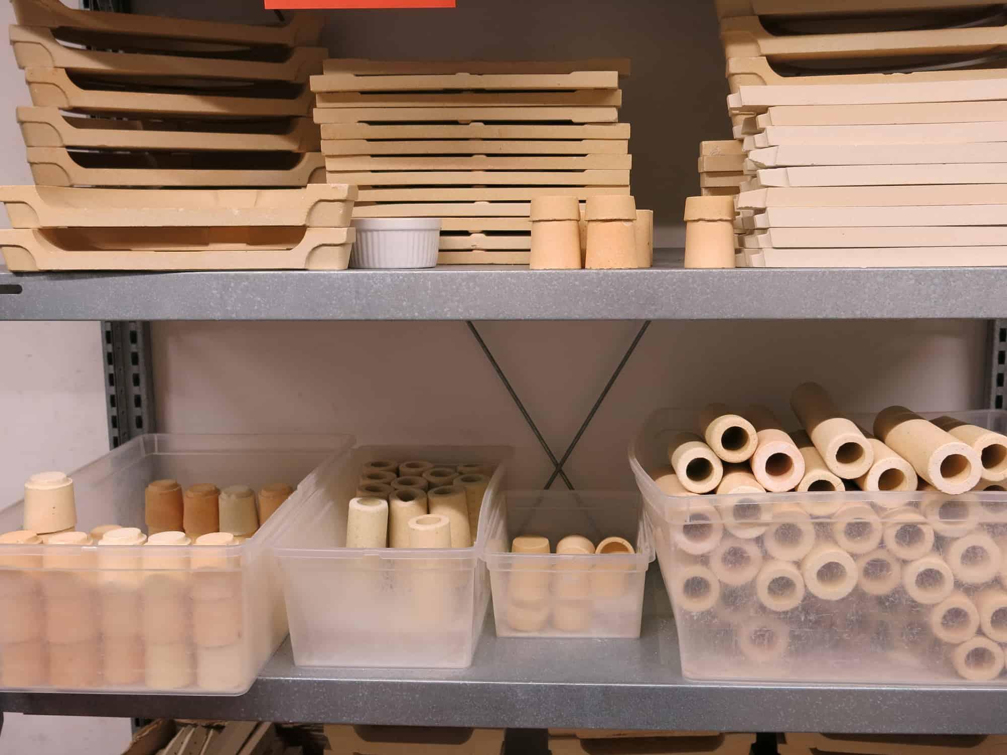 Werkstatt Porzellan im Hinterhof Schamottteile für die Ofenbeladung