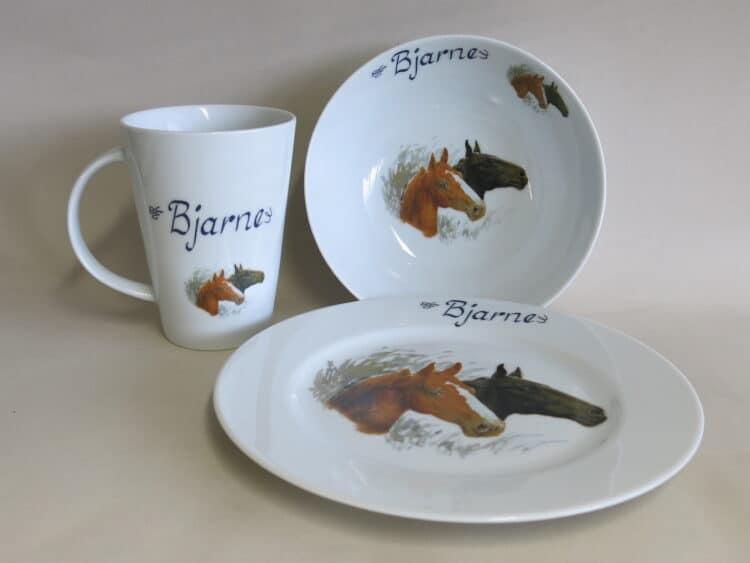 Dreitiliges Frühstücksgeschirr mit Pferdeportrait Brauner und Rappe und Namen personalisiert. Becher 350 ml, Schüssel und Teller Opty.