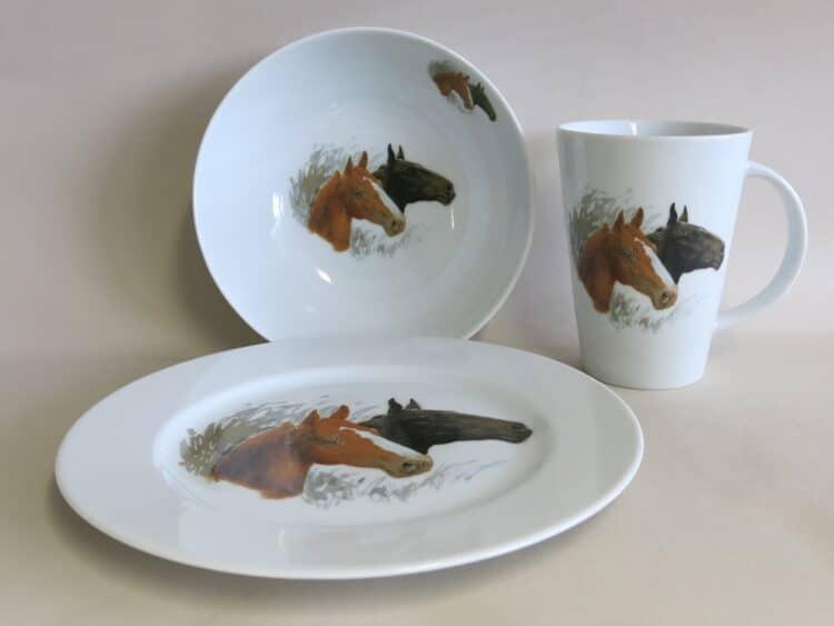 Dreitiliges Frühstücksgeschirr mit Pferdeportrait Brauner und Rappe. Becher 350 ml, Schüssel und Teller Opty.