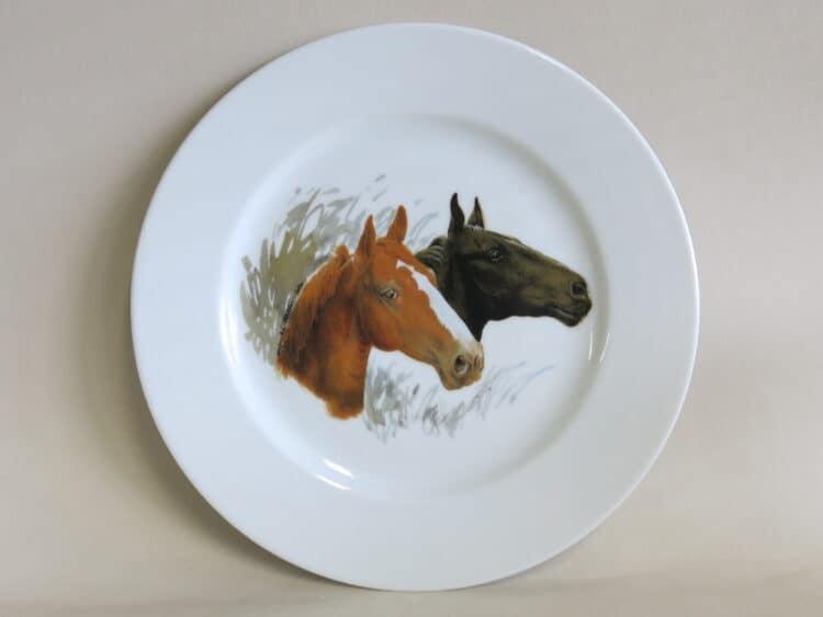 Teller Opty 21,5 cm mit Pferdeköpfen Brauner und Rappe aus Porzellan.