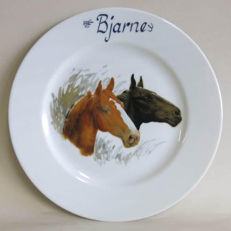 Teller Opty 21,5 cm mit Pferdeköpfen Brauner und Rappe und mit Namen personalisiert aus Porzellan.