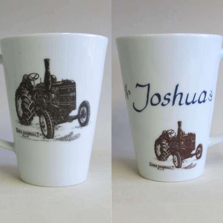 Becher Mona mit historischen Traktor Field Marshall und mit Namen personalisiert Vorder und Rückseite