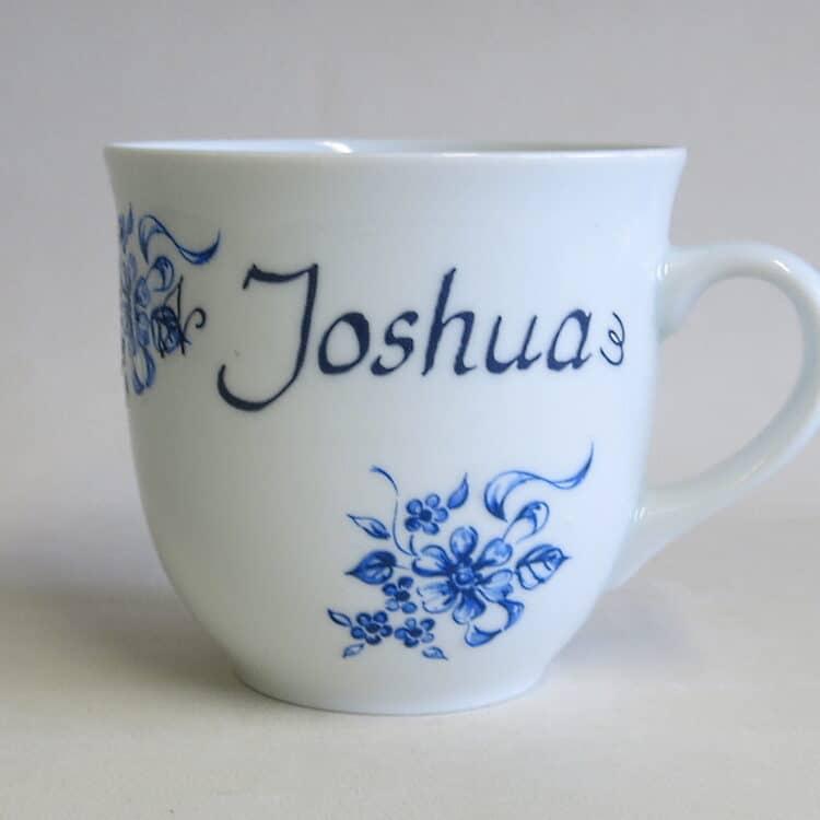 Großer Becher 400ml aus weißem Porzellan mit blauen Blumenmuster und Name
