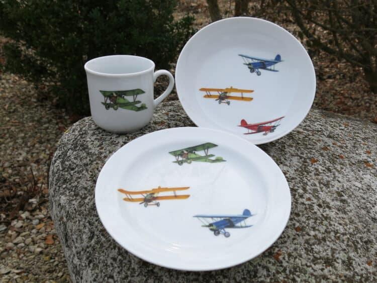 Kindergeschirrset Coup bestehend aus Schale Teller und Becher mit Doppeldecker Flugzeugen gemischt Stimmung